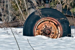 Rusty wheel stuck in the snow by madlynx