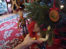 Jessie decorating the Christmas Tree with Woody by spidyphan2