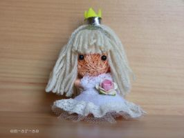white queen string doll by Em-Ar-Ae