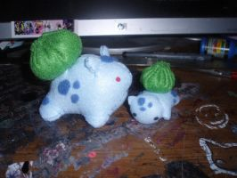 Big and Little Bulbasaur by StitchyGirl