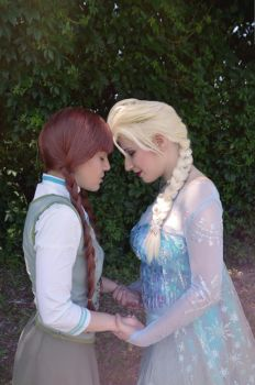 Anna and Elsa by HaruLeleXMichiARy