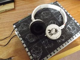 my sketchbook and headphones JTHM by tamatria
