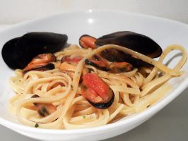Linguine with mussels by kivrin82