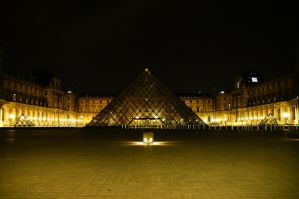Louvre in the night by Heurchon