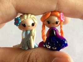 Anna and Elsa chibis by AlphaChoconess95
