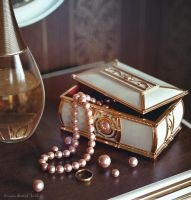 A casket with pearls by Leffsha