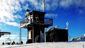 Wintry ski cabin by wellgraphic