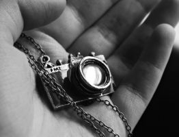 camera necklace. by messofmemoriesxX