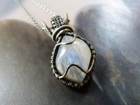 Moonstone pendant by Kreagora