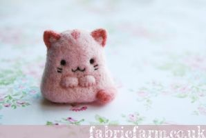 MINIATURE NEEDLE FELTED PINK MIAOW CAT by fabricfarm