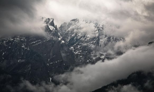 Far Over The Misty Mountains Cold... by cichutko