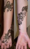 Wrapping Flowers on arm by Mehndi-club
