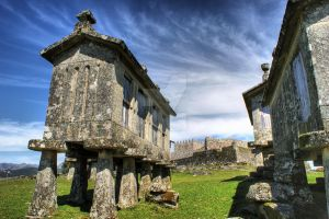 Lindoso granaries and the castle by vmribeiro