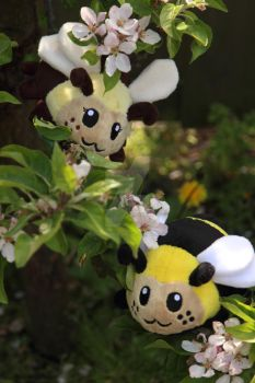 Handmade little bee plushies - collecting honey by SugarcubeCherry
